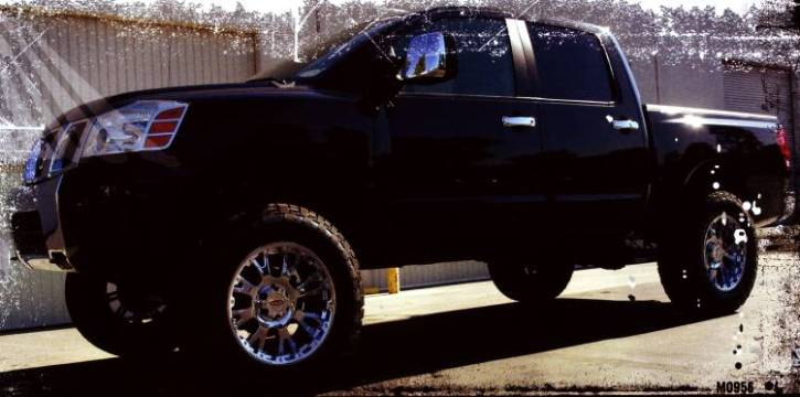 Moto Metal MO956 chrome wheels on Nissan Titan